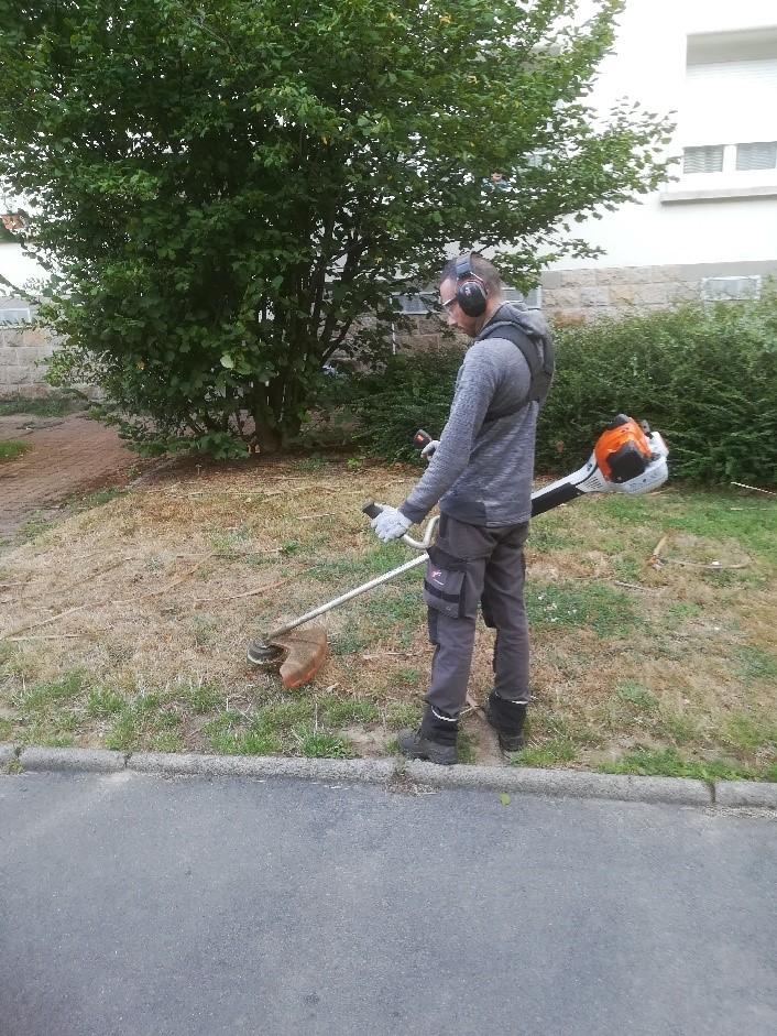 Un paysagiste Yanet s'occupe de la tonte de la pelouse.