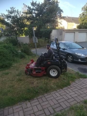 Un paysagiste Yanet s'occupe de la tonte de la pelouse grâce au tracteur.