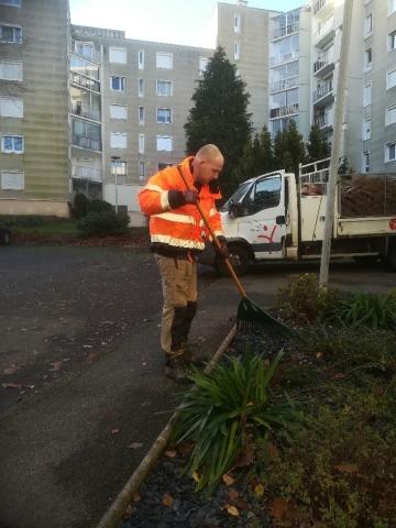 Un paysagiste Yanet s'occupe de nettoyer les jardins d'une copropriété.