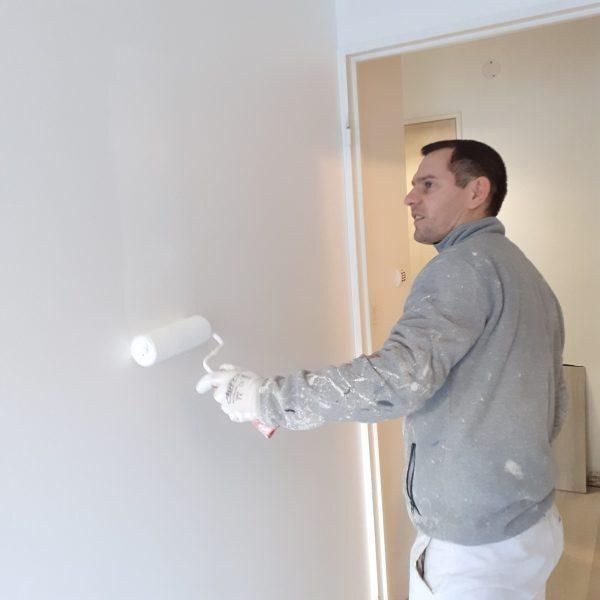 Notre peintre Yanet en pleine action.