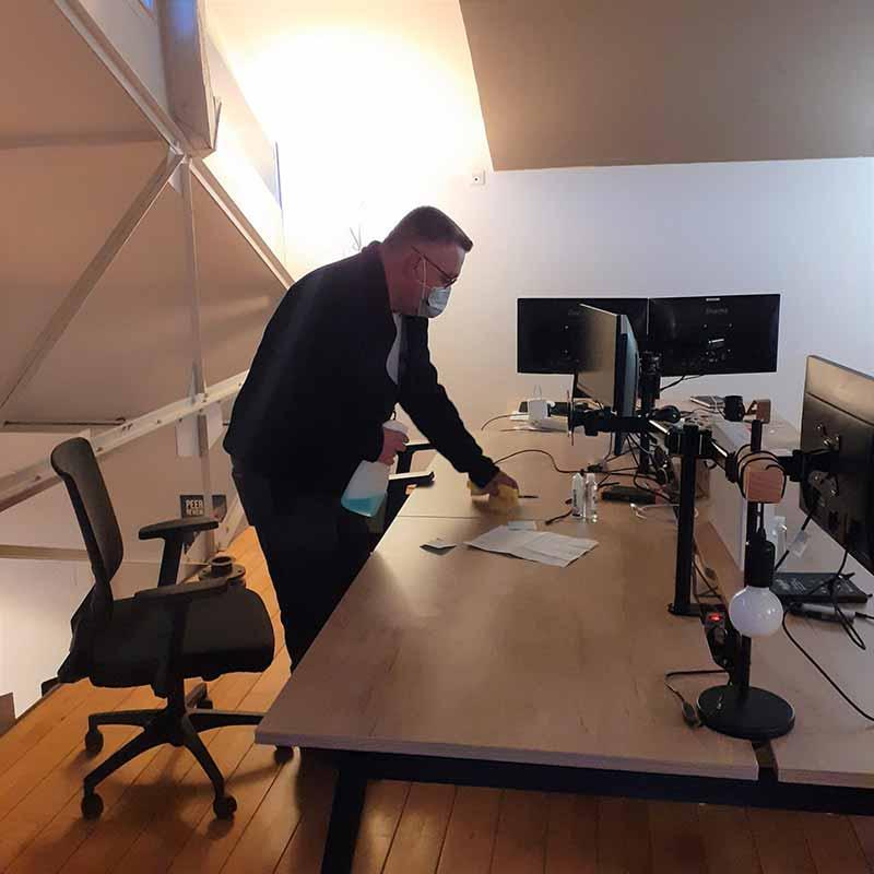 Agent d'entretien Yanet : désinfection de bureaux
