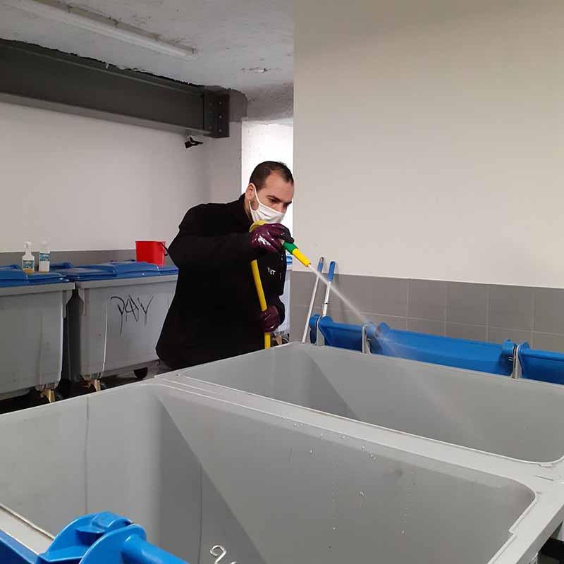 Agent d'entretien Yanet : nettoyage de poubelles